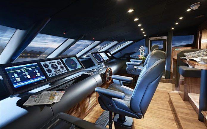 yacht-sunseeker-131-helm