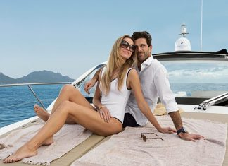 azimut-atlantis-43-bow-sunpad-with-people